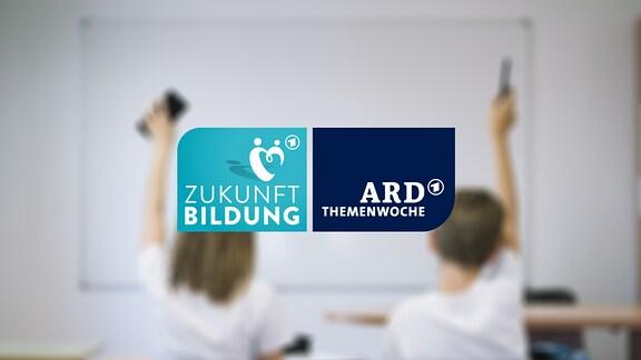 Ein Mädchen und ein Junge in einem Klassenzimmer, Logo: Zukunft Bildung, ARD Themenwoche
