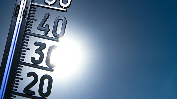 Ein Thermometer zeigt im Sonnenlicht