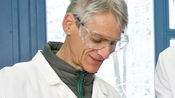 Prof. Marcel Leist bei Laborarbeiten