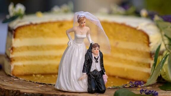 Braut und Bräutigam Figuren vor einer Hochzeitstorte