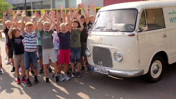 Kinder neben Bus