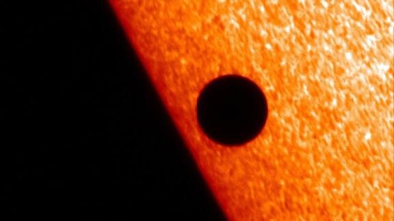 Merkur zeiht an der Sonne vorbei, aufgenommen mit einem optischen Sonnenteleskop.