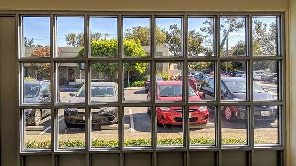 Die Fensterfront eines Firmengebäudes im Silicon Valley