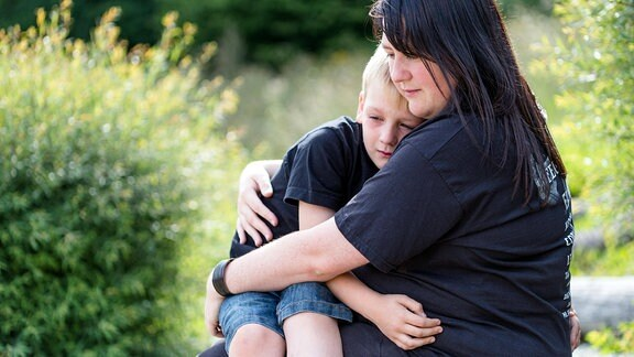 Eine Mutter tröstet ihr Kind