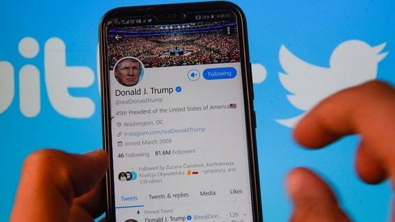 In dieser Fotoillustration wird der Twitter-Account des Präsidenten der Vereinigten Staaten von Amerika, Donald Trump, auf einem Smartphone angezeigt.