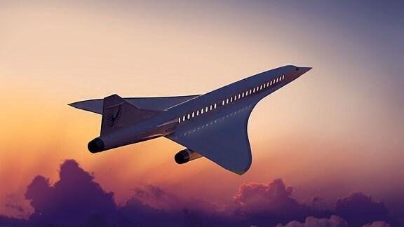 Ein Flugzeug fliegt bei Sonnenuntergang über den Wolken.