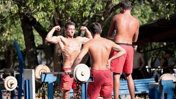 junge Männer im Fitnessstudio im Freien im Hidropark