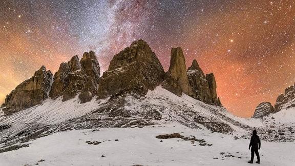 Nachthimmel vor verschneitem Berg