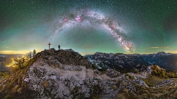 Ansicht der Milchstraße, davor Felsen