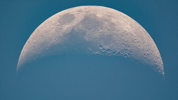 Halbmond vor blauem Himmel