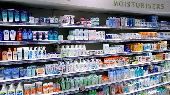 Hautpflegeprodukte im Regal einer Drogerie.