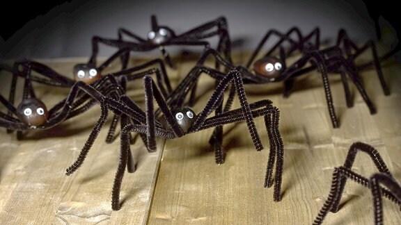 Lustige Spielzeugspinnen aus Pfeifenreinigern.