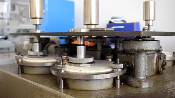 Maschine zur Prüfung von Textilien.