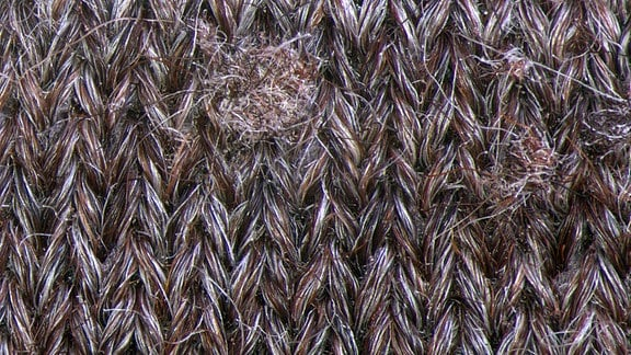 Stoffstück mit Faserknötchen.