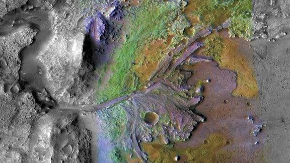 """Der Jezero Krater auf dem Mars ist der Landeort der """"Mars-2020"""" Mission. Es ist der eingefärbte Krater in der Mitte des Bildes."""