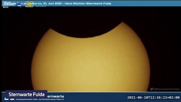 Das Maximum der ringförmigen Sonnenfinsternis vom 10. Juni 2021 über Deutschland. Screenshots vom Live-Stream von MDR Wissen und der Stiftung Planetarium Berlin