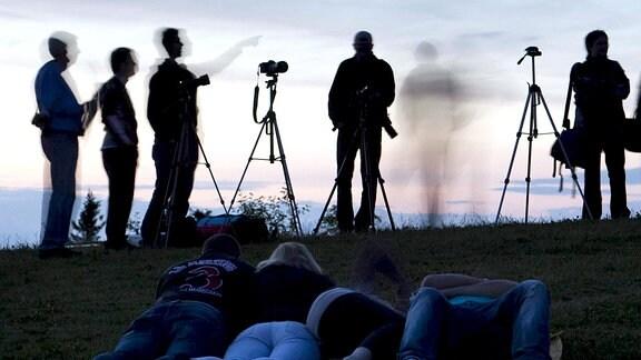 Menschen beobachten 2011 auf dem Großen Feldberg im Taunus die totale Mondfinsternis.