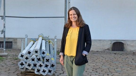 Nadine Panteleon vor einem Gebäude