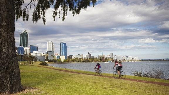 Radfahrer am Swan River in Perth