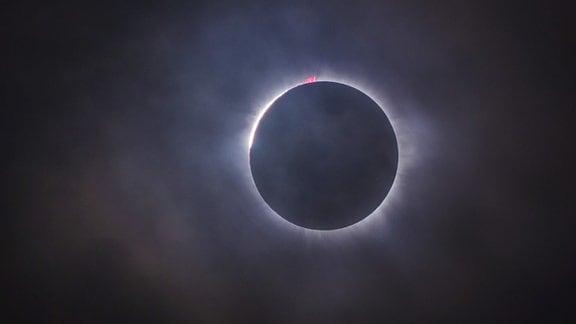 Der Mond bedeckt die Sonne vollständig  - eine totale Sonnenfinsternis