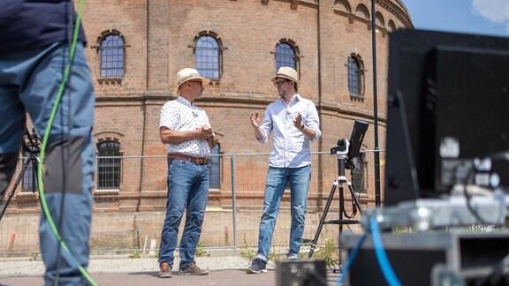 Moderator und Experte vor dem Planetarium in Halle (Saale).