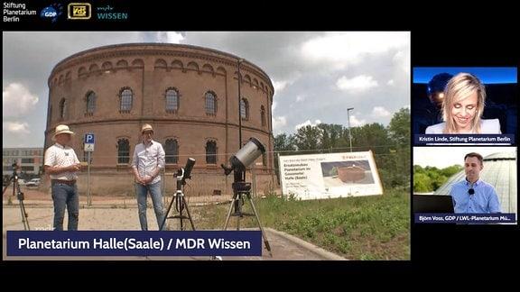 Moderator und Experte vor dem Planetarium in Halle während der Live-Übertragung.