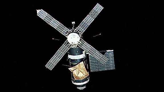 Ein Außenaufnahme der ersten amerikanischen Raumstation Skylab. Bevor die erste Crew am 22. Juni 1973 zurück zur Erde gekehrt ist, hat sie dieses Foto geschossen.