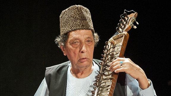 Musiker spielt orientalisches Musikinstrument