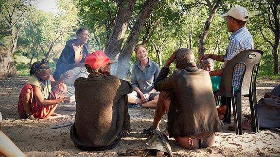 Vanessa Hayes unter Familie von San-Jägern in Kalahari Namibia