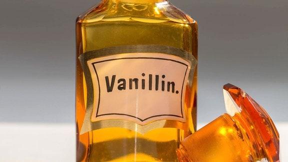 alter Flakon mit Etikett Vanillin