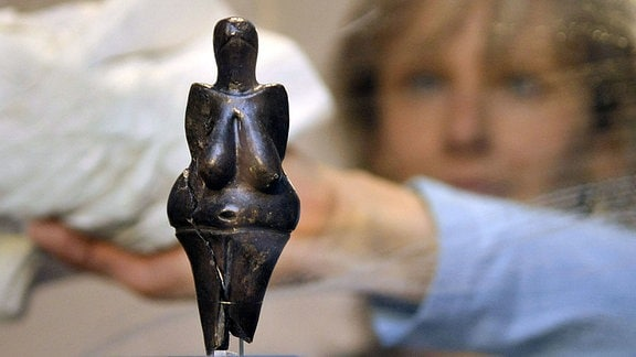 eine Keramikstatuette einer nackten weiblichen Figur