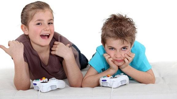 Lächelndes Mädchen und frustrierter Junge mit Gamecontrollern