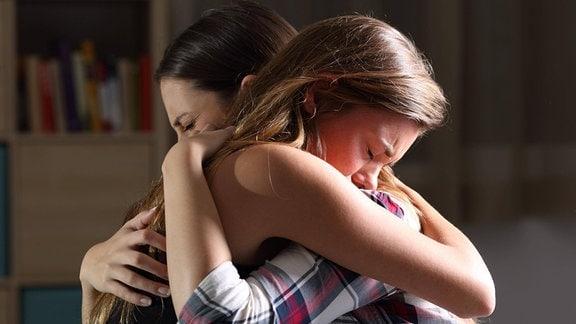Zwei junge Frauen umarmen sich