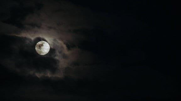 Vollmond hinter dunklen Wolken