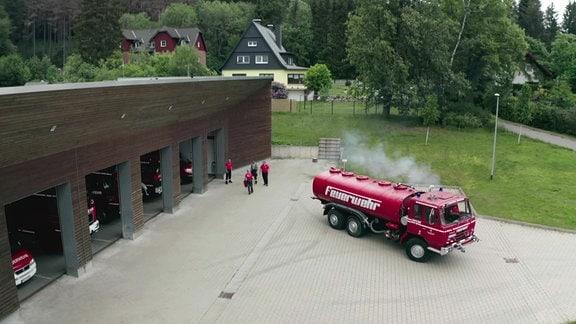 Ein Löschfahrzeug vor der Garage der Feuerwehr