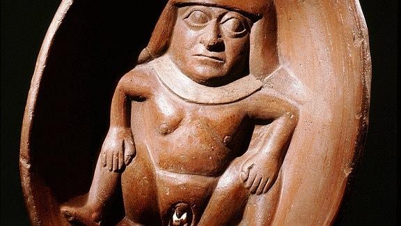Flache Schale mit reliefartig modellierter Frau mit markanter Vulva.