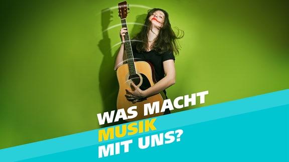 Eine junge Frau spielt in ekstatischer Körperhaltung Gitarre.