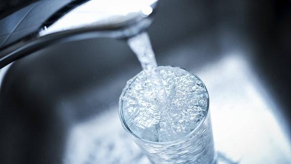 Laufender Wasserhahn