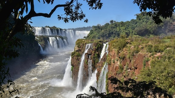Ausblick auf den Garganta del Diablo, den Teufelsschlund in Puerto Iguazu, Argentinien, Südamerika