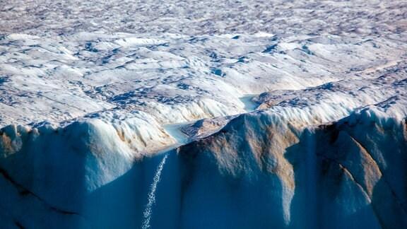 Wasserfall vom Gletscherbach am Humboldt-Gletscher in Grönland