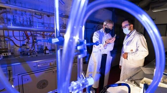 Zwei Männer in einem Labor