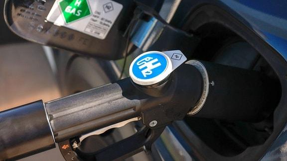 Ein Auto tankt Wasserstoff