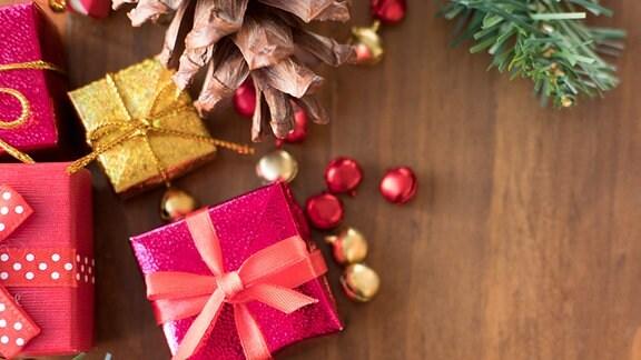 Weihnachtsgeschenke und Weihnachtskugeln
