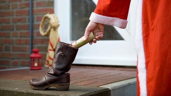 Nikolaus legt was in den Stiefel