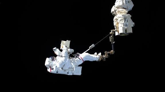 ESA-Astronaut Luca Parmitano im All.