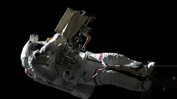 ESA-Astronaut Luca Parmitano außerhalb der ISS.
