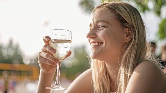 lächelnde Frau mit einem Weinglas