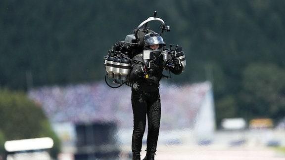 Ein Mann schwebt in der Luft mit einem Raketenrucksack.