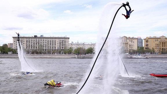 Ein Mann vollführt ein Looping mit einem ''Flyboard''.