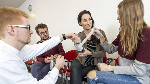 Verbandanlegen in einem Erste-Hilfe-Kurs